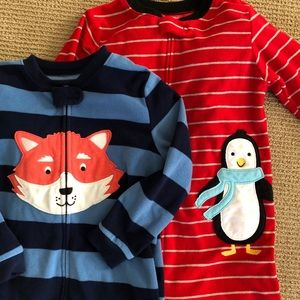 2pairs of Carter footed pajamas size 5t